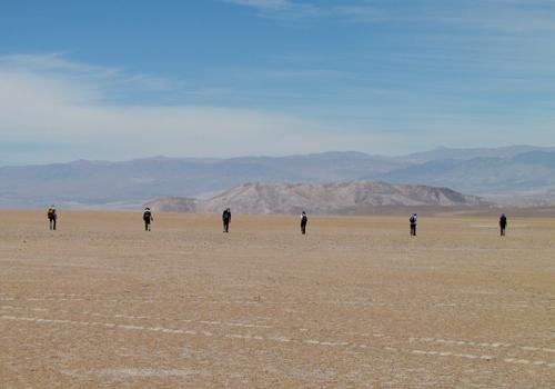 Các nhà khoa học tìm kiếm mảnh thiên thạch trên sa mạc Atacama tháng 11/2017. Ảnh: Katherine Joy.
