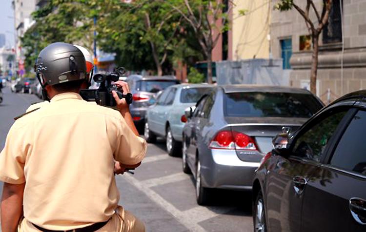 CSGT ghi hình ở trung tâm Sài Gòn. Ảnh: Quốc Thắng.