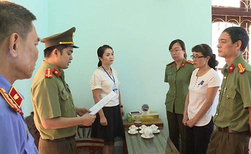 Cơ quan an ninh đọc quyết định khởi tố bà Nga. Ảnh: Công an Sơn La.