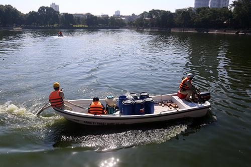 Công ty thoát nước dùng chế phẩm Redoxy-3C làm sạch hồ Nghĩa Tân. Ảnh: Bá Đô.