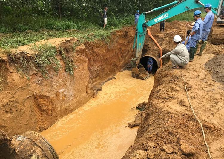 Đường ống nước bị vỡ chuẩn bị được thay mới. Ảnh: Gia Chính.