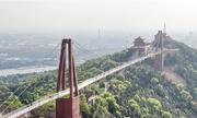 Trải nghiệm 'đi giữa không trung' trên cầu kính dài nhất thế giới ở Trung Quốc