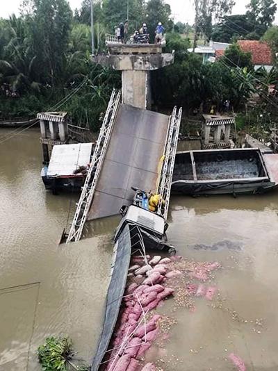 Chiếc xe tải chở lúa rơi xuống kênh. Ảnh: Bảo Trung.