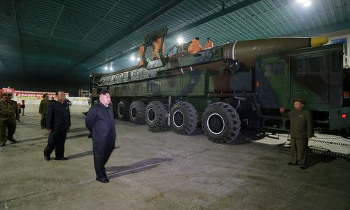 Kim Jong-un thị sát nhà máy chế tạo tên lửa Hwasong-14 hồi giữa năm 2017. Ảnh: KCNA.