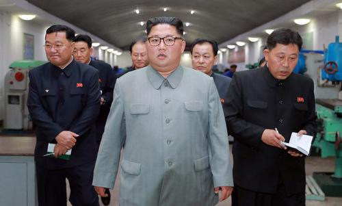 Kim Jong-un thị sát một nhà máy cơ khí chính xác. Ảnh: KCNA.