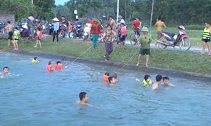 'Biến' kênh thuỷ lợi thành bể bơi cho trẻ ở Nghệ An