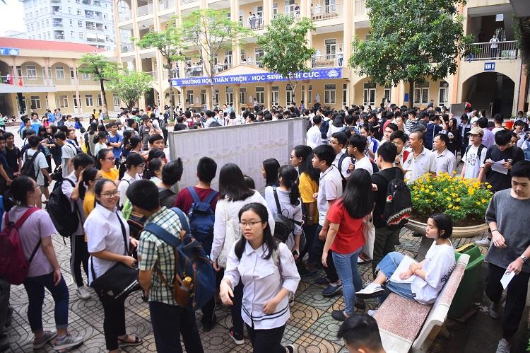 Từ 8h30, rất đông thí sinh đã có mặt tại điểm thi THCS Lê Quý Đôn - Cầu Giấy. Ảnh: Giang Huy