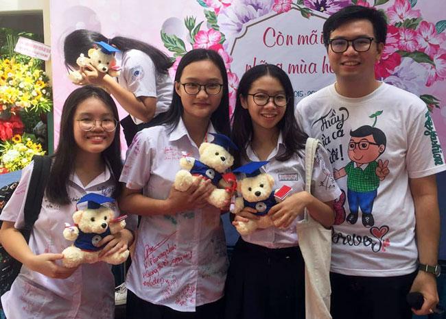 Thầy Võ Kim Bảo và học sinh lớp 9 trong lễ ra trường. Ảnh: Facebook nhân vật.