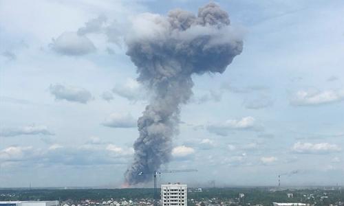 Khói bốc lên sau vụ nổ ở Dzerzhinsk ngày 1/6. Ảnh: Reuters.