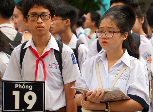 Thí sinh tại điểm thi THCS Điện Biên ôn bài trước giờ thi Văn. Ảnh: Mạnh Tùng.
