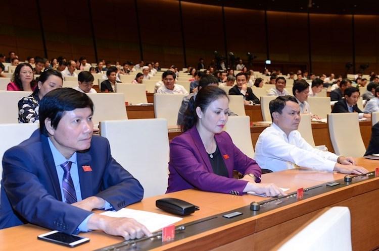 Đại biểu Quốc hội ấn nút thông qua luật tại hội trường. Ảnh: Trung tâm báo chí Quốc hội