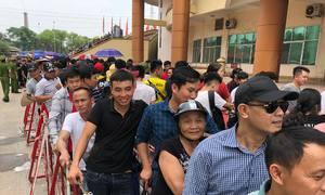 Người hâm mộ xếp hàng dài chờ mua vé trận Việt Nam - Myanmar