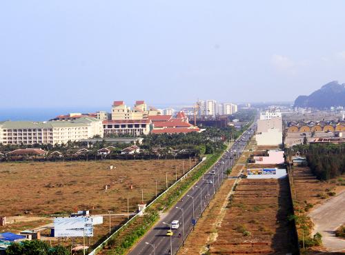 Nhiều dải đất ven biển Đà Nẵng đang bị người Trung Quốc thâu tóm bằng cách đưa người Việt đứng tên mua. Ảnh: Nguyễn Đông.