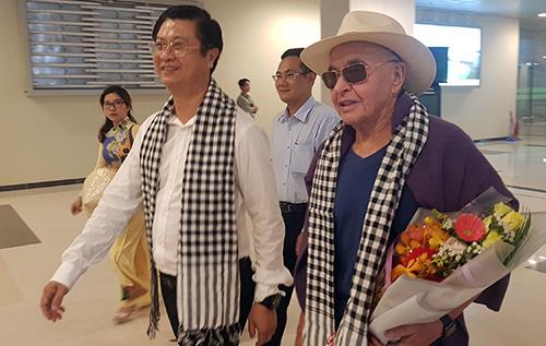 Đại diện lãnh đạo TP Cần Thơ ra sân bay đón ông chủ câu lạc bộ Tottenham Hotspur. Ảnh: Cửu Long