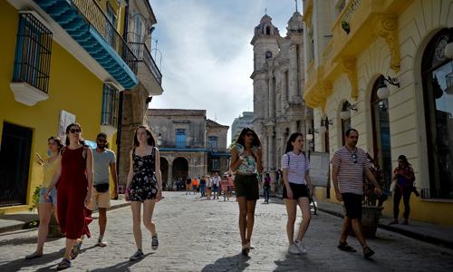 Du khách tại thủ đô Havana, Cuba hôm 7/5. Ảnh: AFP.