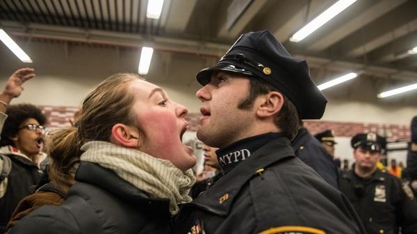 Lời văng tục của người dân không đủ làm căn cứ cho việc bắt giữ. Ảnh minh họa: Stephanie Keith.