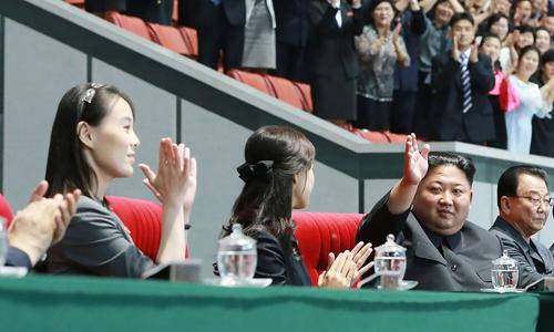 Kim Yo-jong (ngoài cùng bên trái) tại buổi đồng diễn có sự góp mặt của lãnh đạo Kim Jong-un và phu nhân tại Bình Nhưỡng hôm 3/6. Ảnh: KCNA.