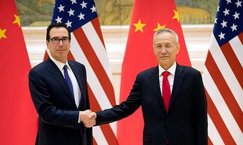 Bộ trưởng Tài chính Mỹ Steven Mnuchin (trái) và Phó thủ tướng Trung Quốc Lưu Hạc (phải) bắt tay trước phiên khai mạc đàm phán thương mại ở Bắc Kinh hồi tháng hai. Ảnh: AFP.