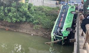 Xe khách chở 30 người lao xuống sông