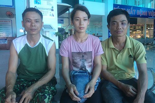 Anh Hưng (trái) và vợ chồng anh Thái chị Kiều bị đánh nhập viện. Ảnh: Hoàng Táo