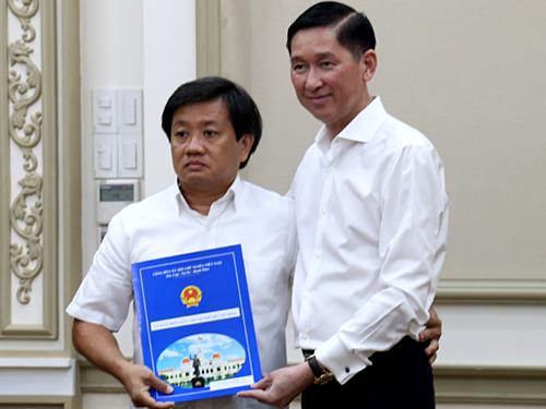 Ông Đoàn Ngọc Hải vừa nhận quyết định điều động bổ nhiệm chức Phó tổng giám đốc Công ty Xây dựng Sài Gòn sáng nay. Ảnh: Hữu Công