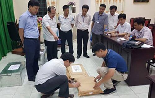 Tổ công tác kiểm tra bài thi ở Hà Giang. Ảnh: Công an Hà Giang.