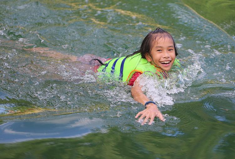 Trẻ em tắm kênh thủy lợi Phú Ninh ở Quảng Nam để giải nhiệt. Ảnh: Đắc Thành