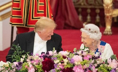 Trump (trái) và Nữ hoàng Elizabeth tại yến tiệc ở Cung điện Buckingham tối 3/6. Ảnh: AFP.