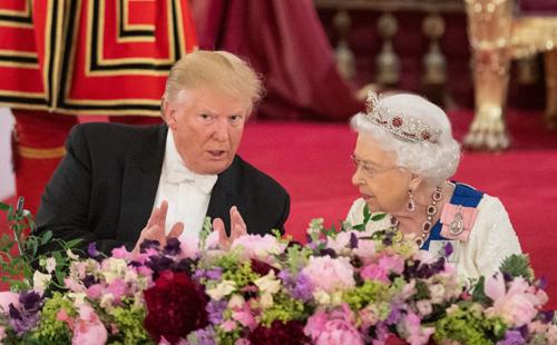 Trump (trái) và Nữ hoàng Elizabeth tại quốc yến ở Cung điện Buckingham tối 3/6. Ảnh: AFP.