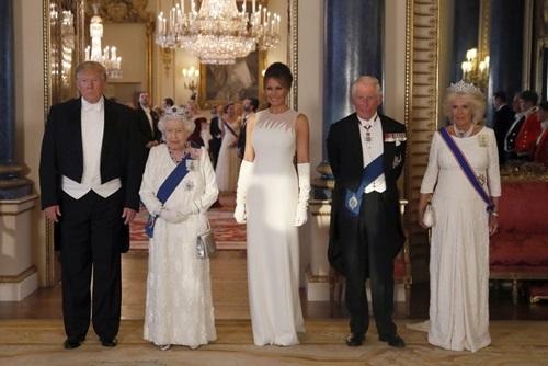 Từ trái qua phải: Trump, Nữ hoàng Elizabeth, Đệ nhất phu nhân Mỹ Melania và vợ chồng Thái tử Charles dự tiệc ở Cung điện Buckingham tối 3/6. Ảnh: AFP.