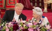 Trump phá vỡ nghi thức hoàng gia khi chạm vào lưng Nữ hoàng Anh