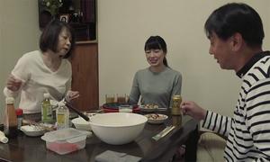 Những người Nhật chi 200 USD thuê 'vợ con hờ' mỗi tối