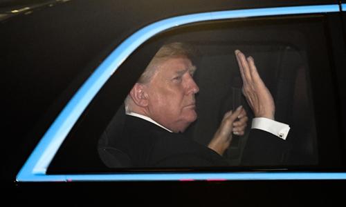Tổng thống Mỹ Trump ngồi trên xe, rời hoàng cung ở Tokyo trong chuyến công du Nhật hồi tháng 5. Ảnh: GLP.