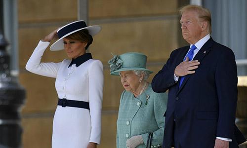 Đệ nhất phu nhân Melania Trump (ngoài cùng bên trái), Nữ hoàng Anh Elizabeth II và Tổng thống Donald Trump trong chuyến thăm chính thức Anh của Trump. Ảnh: Reuters.