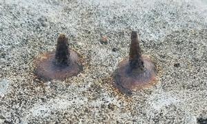 Sắt nhọn trên bờ kè chắn sóng ở khu du lịch biển Hà Tĩnh