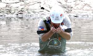 Chuyên gia Nhật Bản lội nước, ngửi bùn sông Tô Lịch