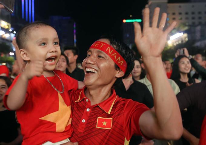 Phố đi bộ Sài Gòn vỡ òa với bàn thắng của Anh Đức