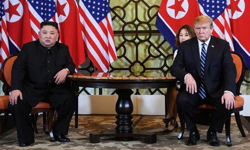 Lãnh đạo Triều Tiên (trái) và Tổng thống Mỹ gặp nhau tại Hà Nội hôm 26/2. Ảnh: Reuters.