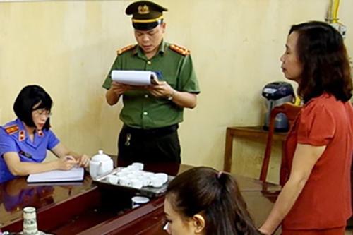 Cơ quan An ninh điều tra tống đạt quyết định khởi tố bà Triệu Thị Chính. Ảnh: Công an Hà Giang.