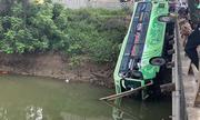 Ôtô lao đầu xuống sông, hành khách đập cửa bò ra ngoài