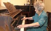 Cụ bà Ba Lan 108 tuổi vẫn chơi piano mỗi ngày