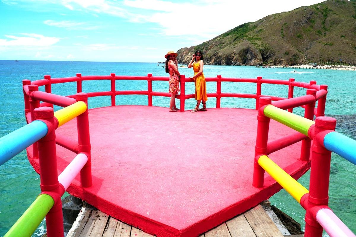 Cầu 800 m với trái tim màu đỏ bên bờ biển Quy Nhơn - VnExpress