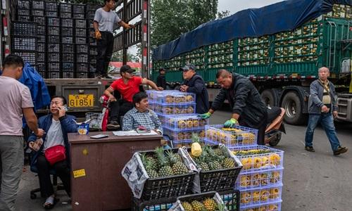 Một chợ hoa quả ở thủ đô Bắc Kinh, Trung Quốc. Ảnh: New York Times.