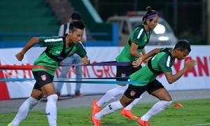 U23 Myanmar mặc áo công nghệ cao tập luyện tại SVĐ Việt Trì