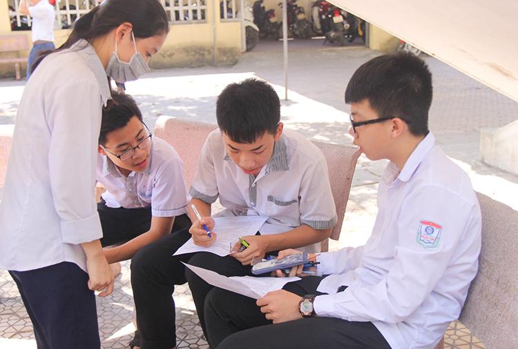 Thí sinh tại điểm thi trường THPH Lê Viết Thuật bàn luận sau môn Toán.