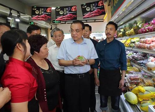 Thủ tướng Lý Khắc Cường (giữa) khảo sát giá thực phẩm tại một siêu thị ở thành phố Tề Nam, tỉnh Sơn Đông, hôm 25/5. Ảnh: Sohu.