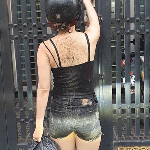 Cả phần lưng của cô gái dính đầy bùn.