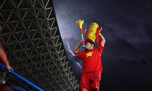 Hàng nghìn người hâm mộ cổ vũ U23 Việt Nam dưới mưa lớn