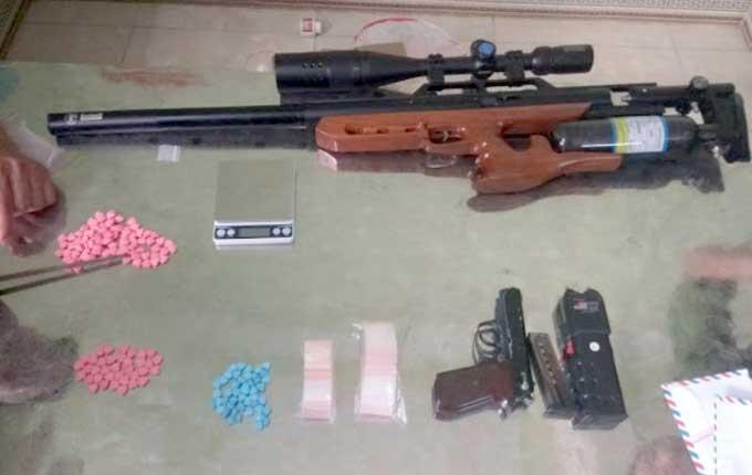 Hai khẩu súng cùng ma tuý phát hiện tại nhà nghi phạm. Ảnh: Công an Vĩnh Phúc