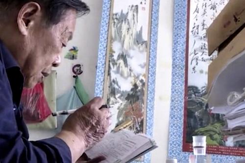 Cụ Yao Keliangdành 2 tiếng mỗi ngày để học bài, chuẩn bị cho kỳ thi gaokao. Ảnh: The Paper.